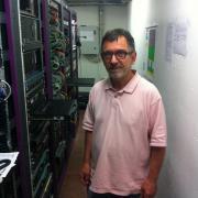le directeur technique Yves Eric Paquiet devant les serveurs