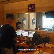 La régie et vu sur le studio derrière la vitre