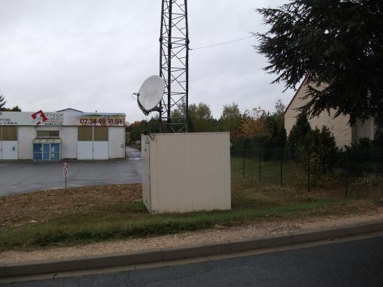 Site Towercast Amilly, rue du Chesnoy (local technique et parabole)