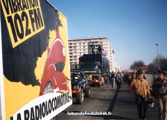 La manifestation de février 1985. Le début du défilé avec le camion-studio